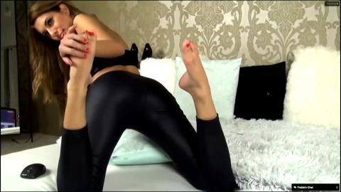 Bimbo in provocative black outfit showing off her naked feet on the webcam