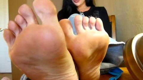 Flighty MILF lifts her legs up and reveals super sexy mature feet