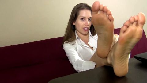 Secretary takes a break at work and reveals her magical feet