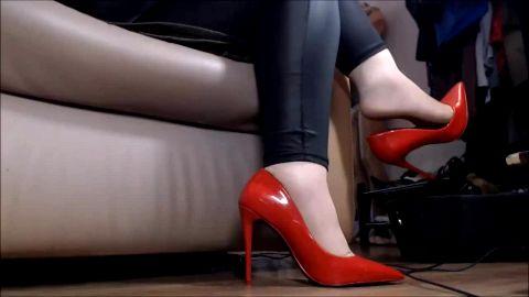 Hidden cam captures sexy woman in leggings dangling her red shoe