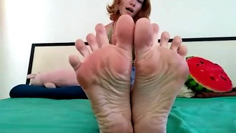 Petite girlfriend showcases her pretty feet and toes in bed