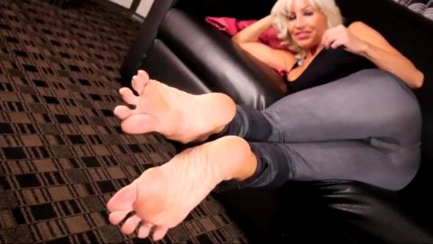 Breathtaking housewife goes horny showing off her mature toes & feet